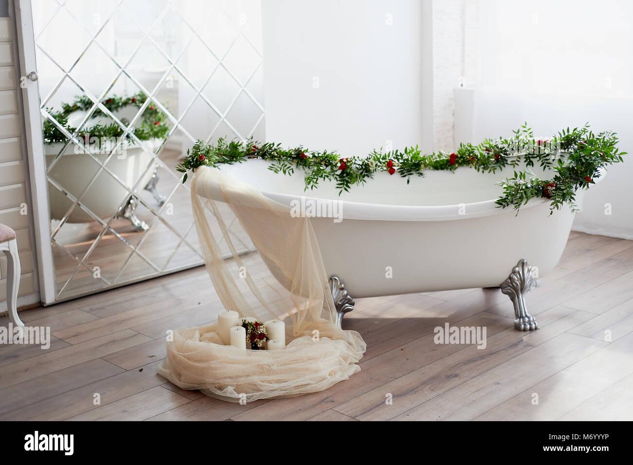 Vasca Da Bagno Con Zampe : Vasca da bagno su lion s zampe e decorata con fiori sul