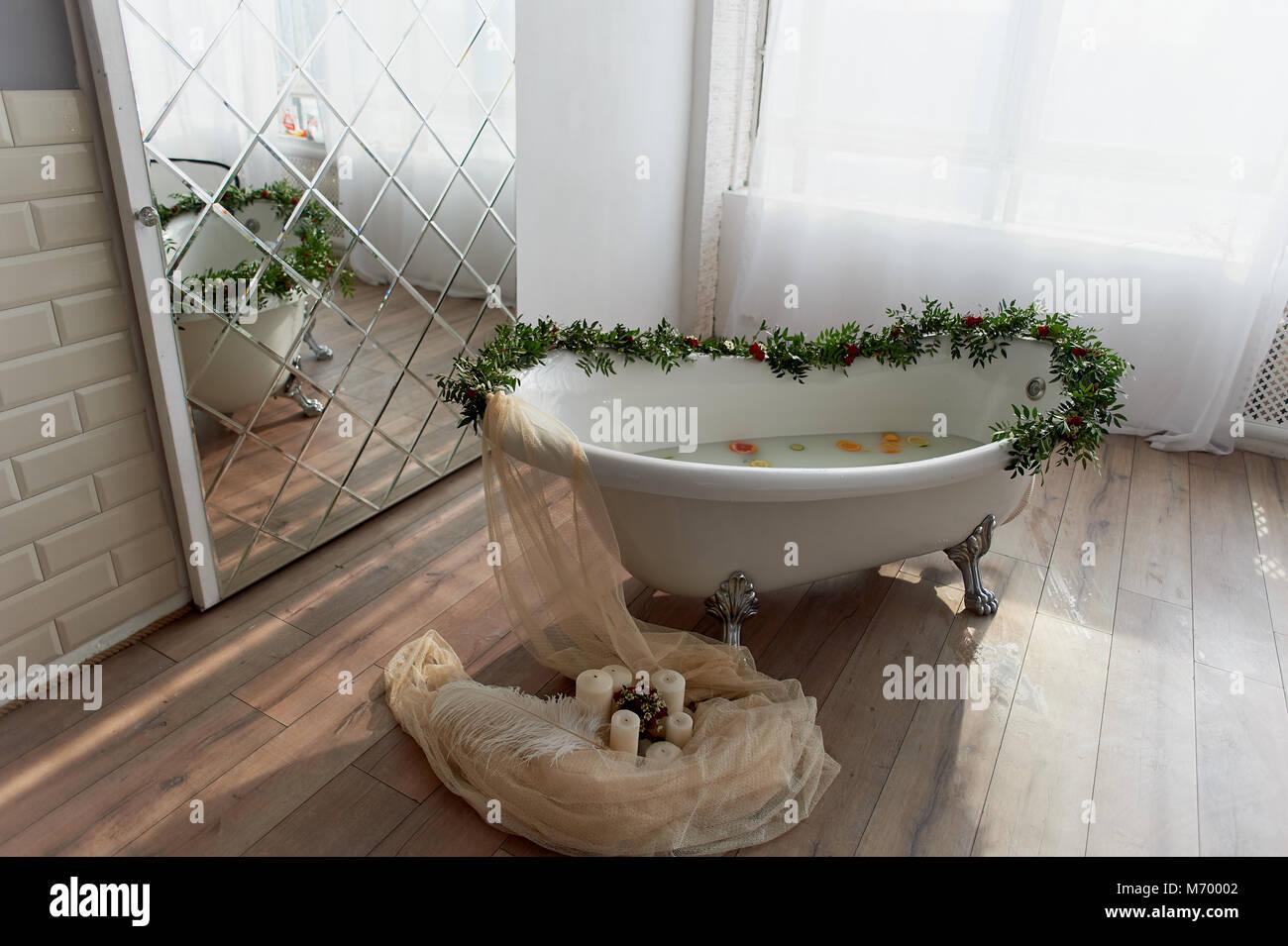 Vasca Da Bagno Zampe Di Leone : Bagno sulle zampe del ` s del leone decorate con i fiori sul
