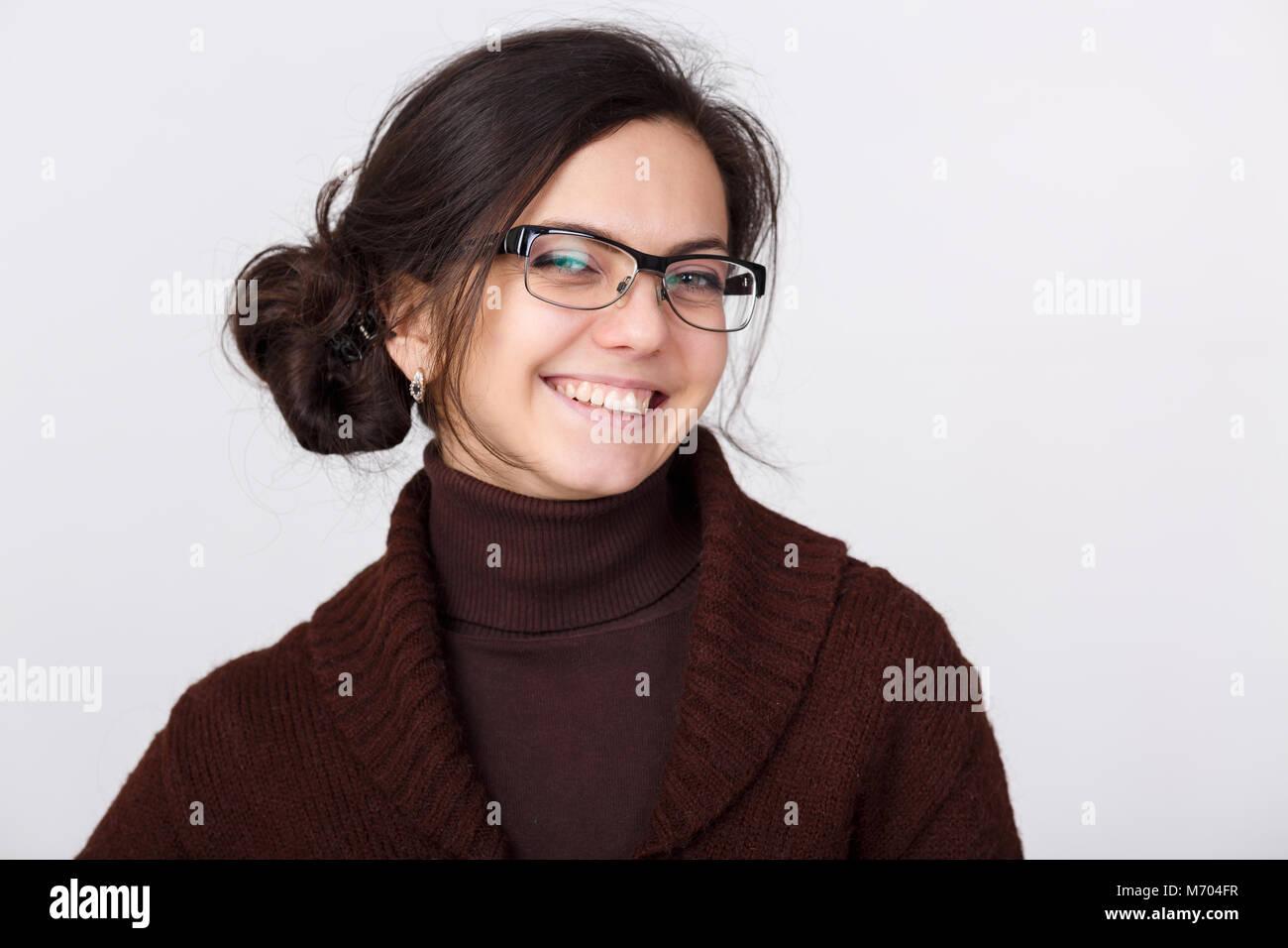 Sorridente giovane donna con gli occhiali Immagini Stock