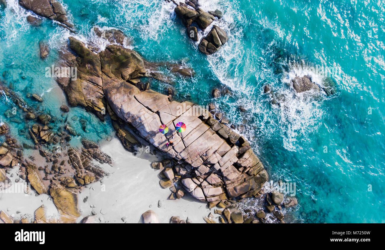La prospettiva aerea di mare scape e il gruppo di pietre di spiaggia