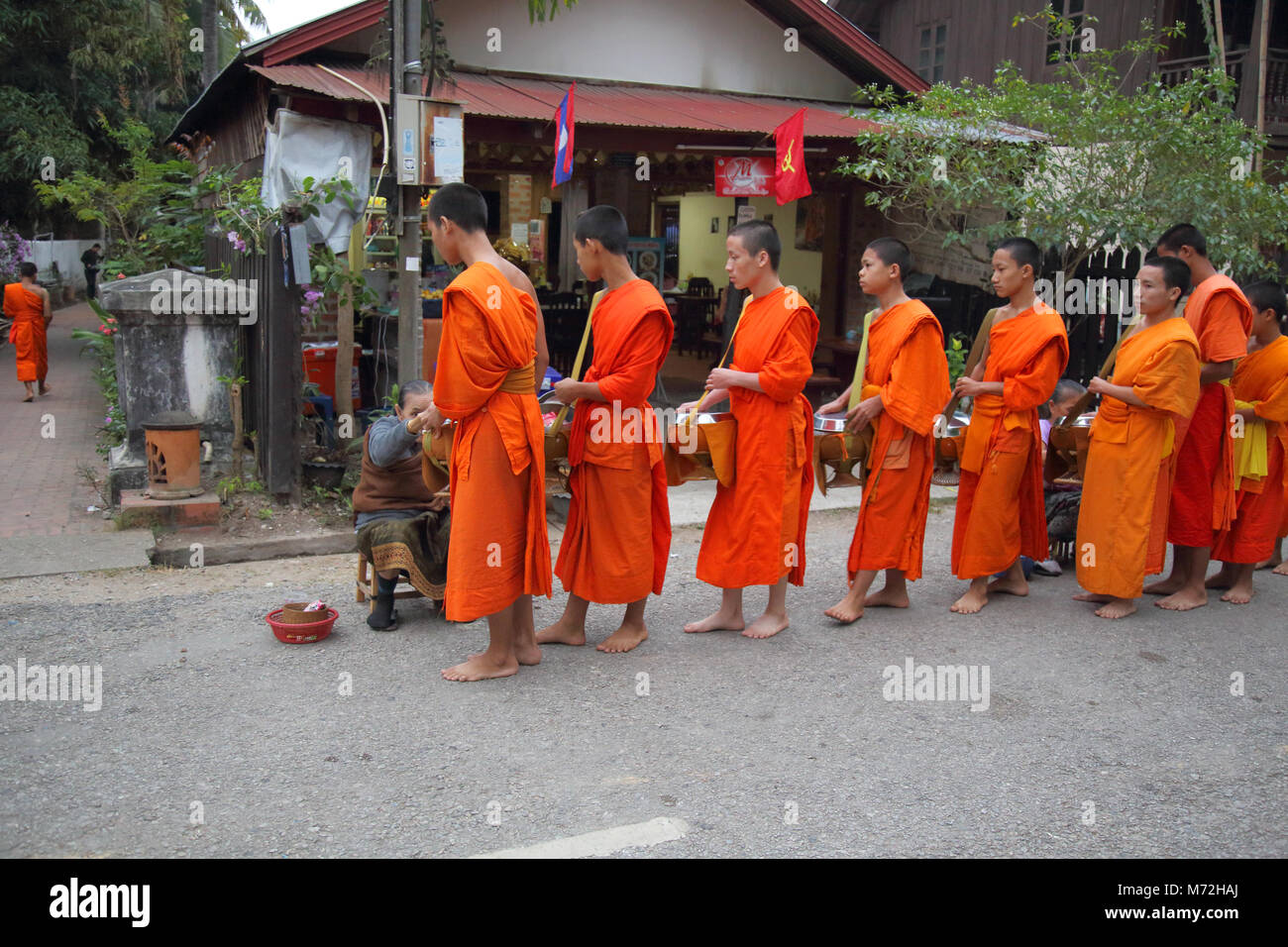 I monaci buddisti collectilg alms allo spuntar del giorno a Luang Prabang, Laos Immagini Stock