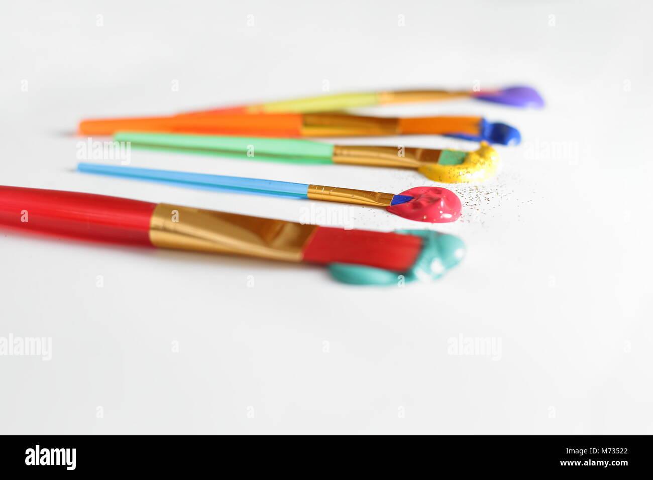 Alcune spazzole con colori acrilici Immagini Stock