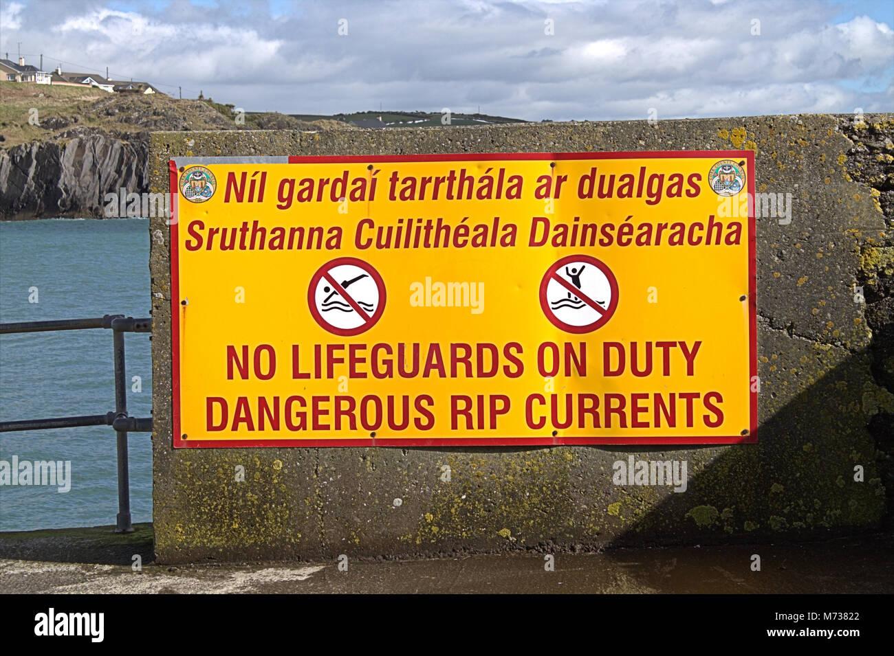 Pericolo Maree Rip Sign In Inglese E In Gaelico Il Segno è Alla