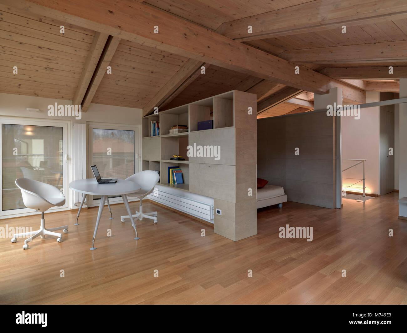 Scatti di interni di una moderna sala livng bianco con for Mansarda in legno bianco