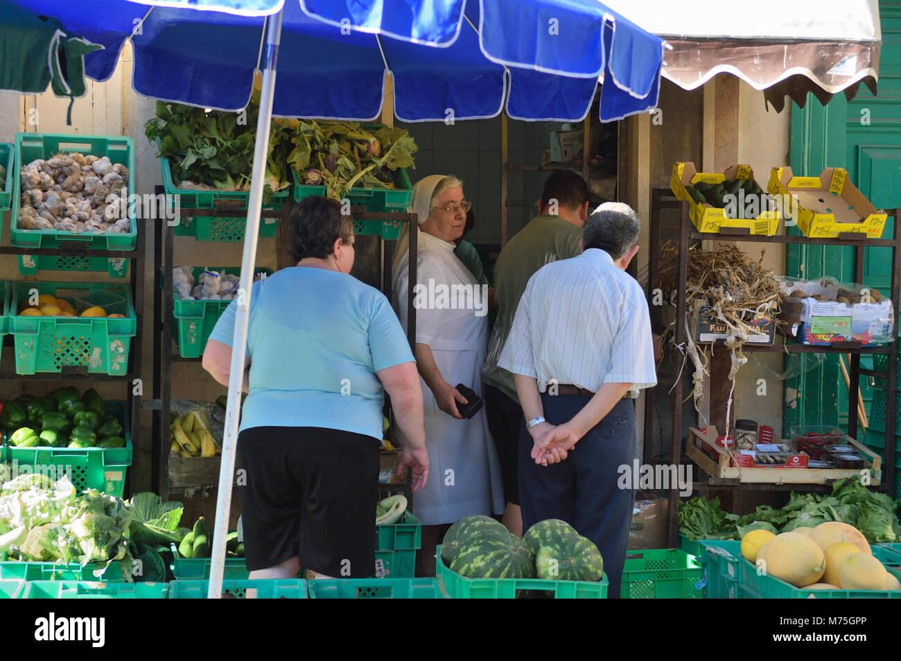 Gli acquirenti di cibo, Rabat / Victoria, Gozo, Malta, Europa Immagini Stock