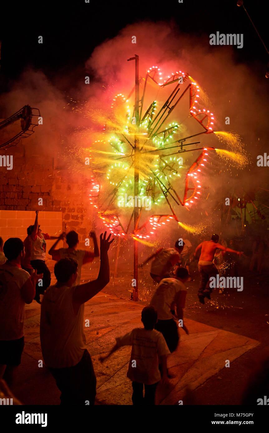 Fuochi d' artificio le celebrazioni per la festa del Sacro Cuore di Gesù Festa. Fontana, Gozo, Malta Immagini Stock