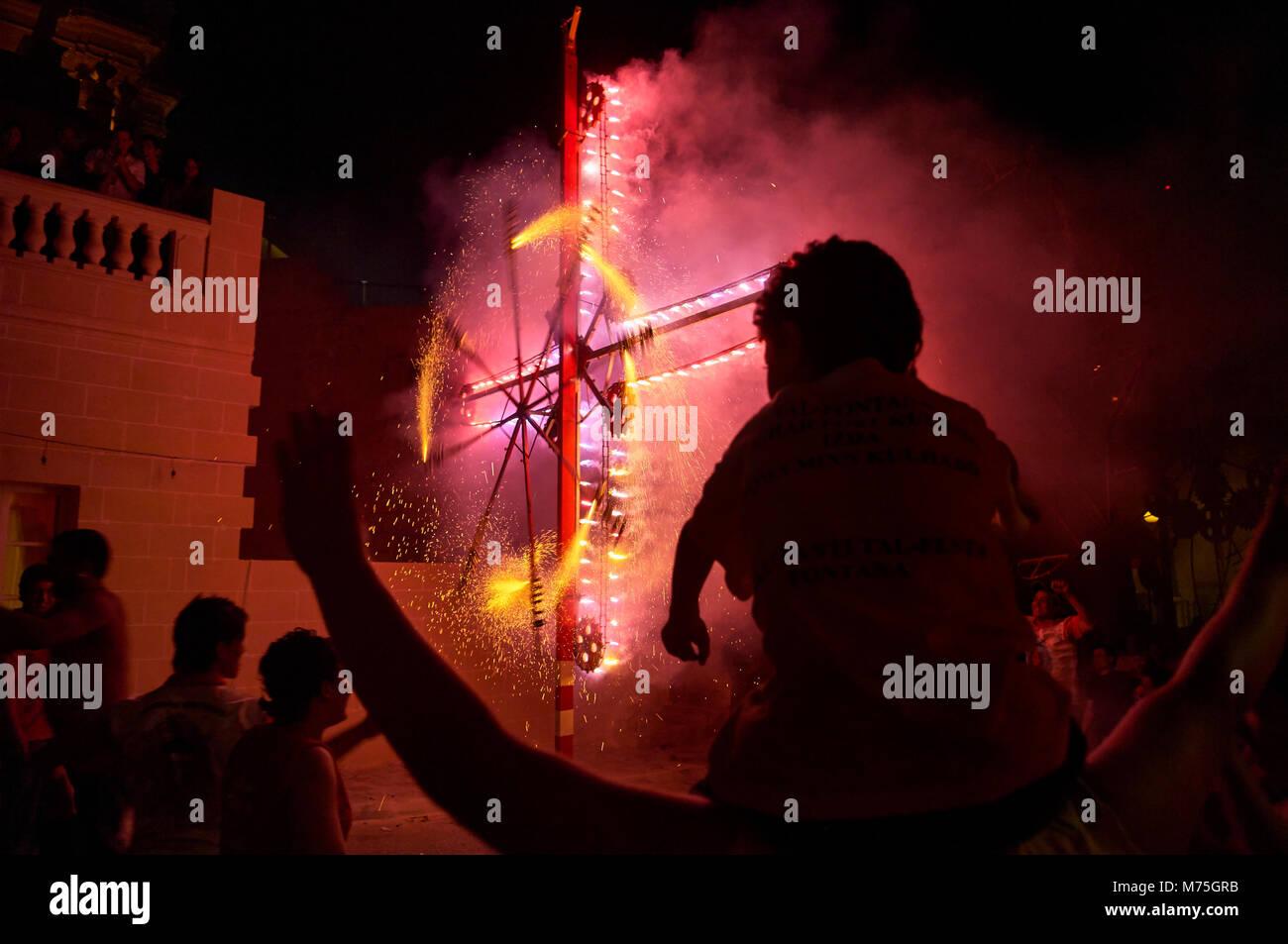 Fuochi d' artificio le celebrazioni per la festa del Sacro Cuore di Gesù Festa. Fontana, Gozo, Malta Foto Stock