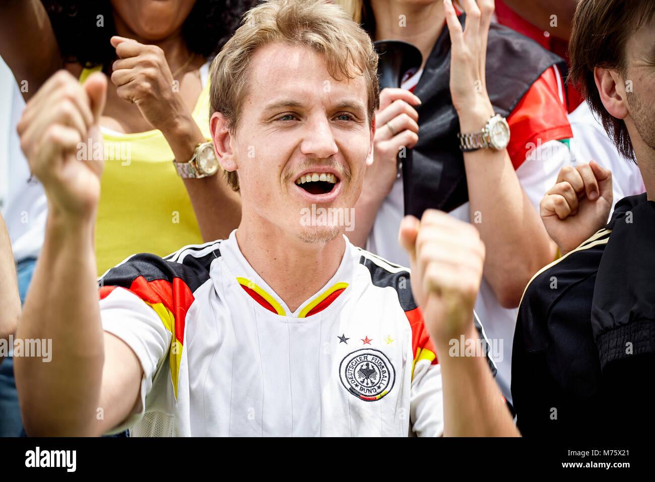 Il calcio tedesco sostenitore il tifo a corrispondere Immagini Stock