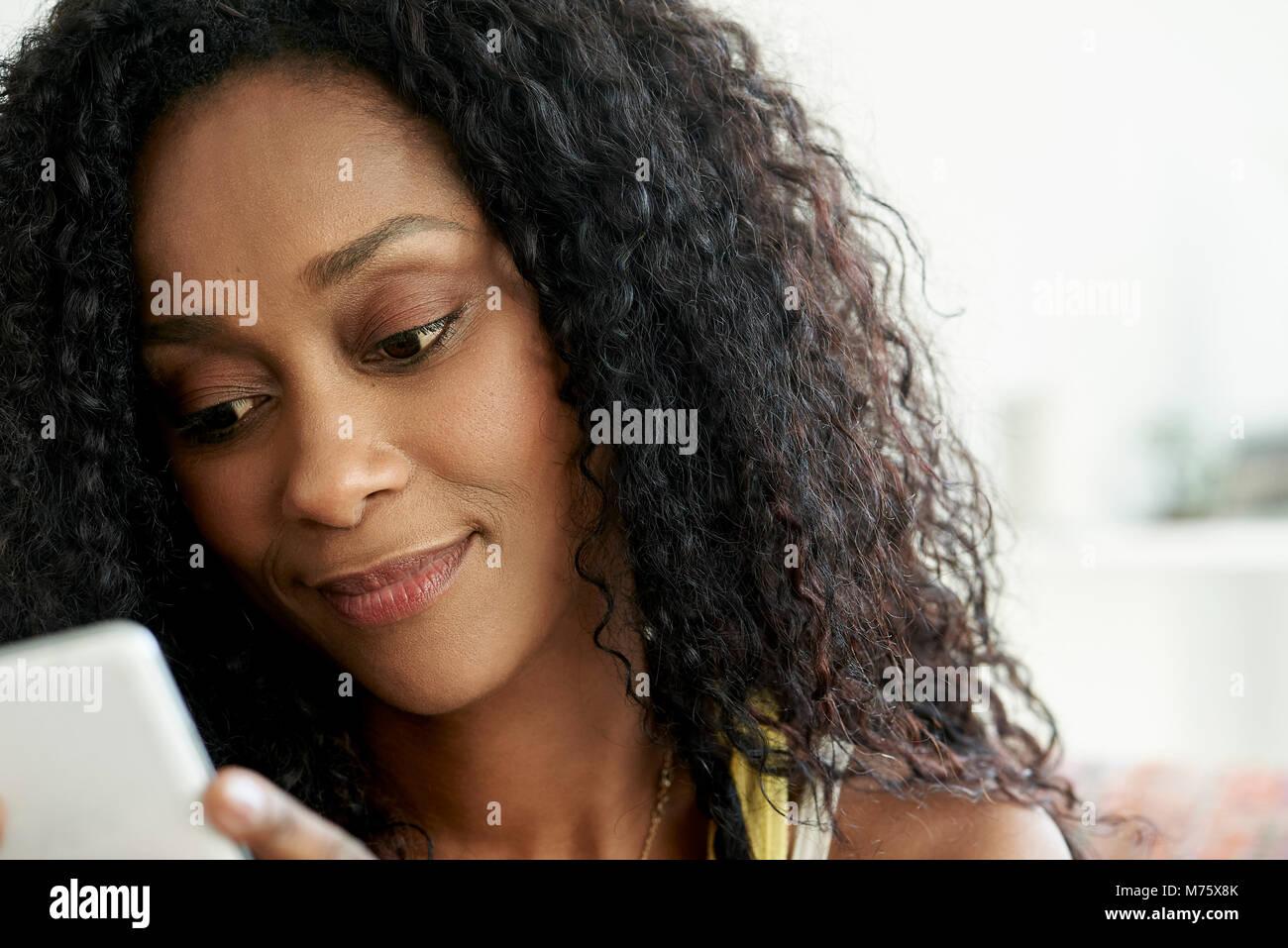 Donna che utilizza il telefono cellulare Immagini Stock