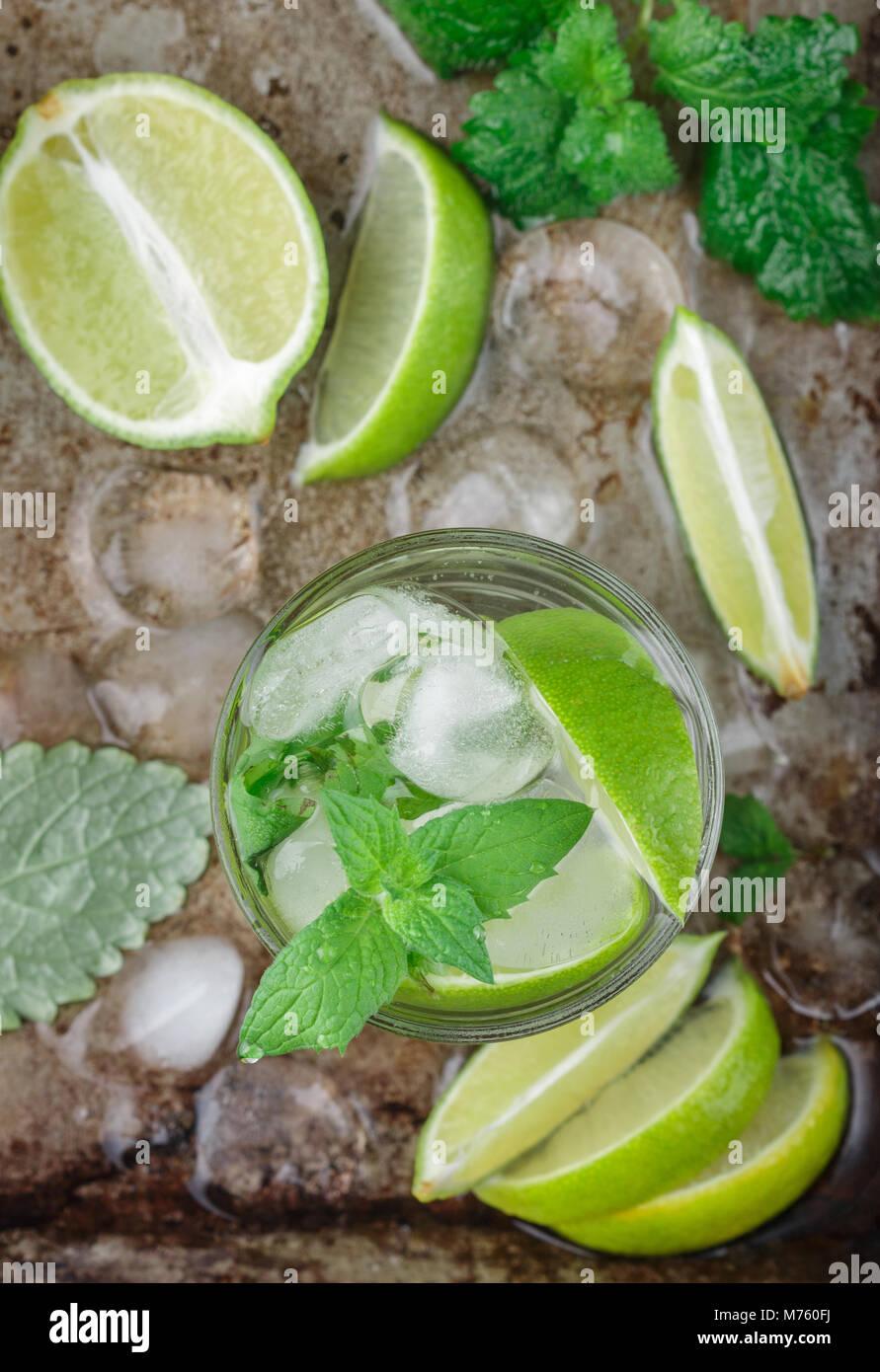 Cocktail Mojito o limonata con calce, menta e cubetti di ghiaccio. Estate tradizionale bevanda rinfrescante. Messa Immagini Stock