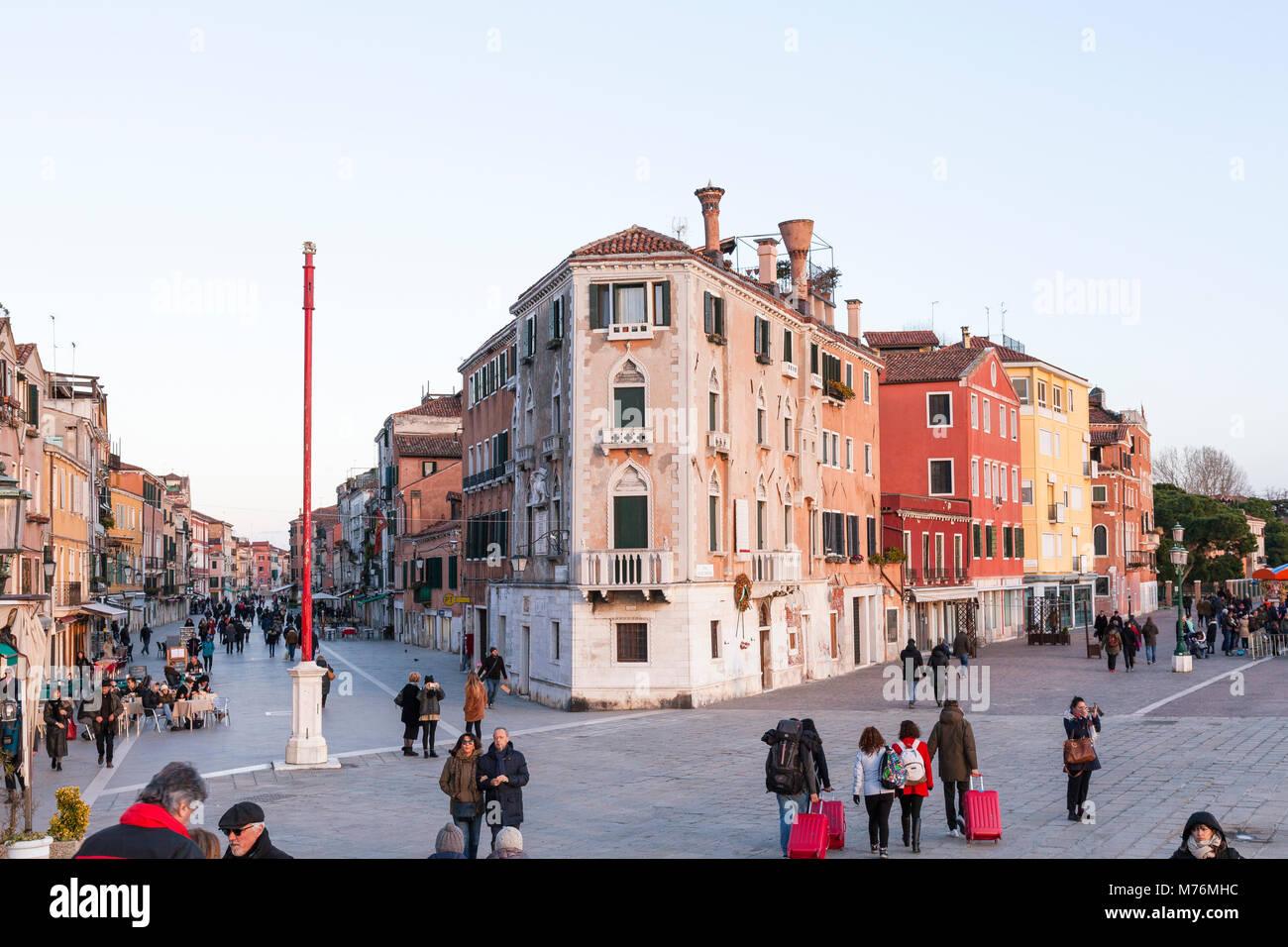 Via Giuseppe Garibaldi e Riva dei Sette Martiri al crepuscolo, Castello, Venezia, Veneto, Italia Immagini Stock