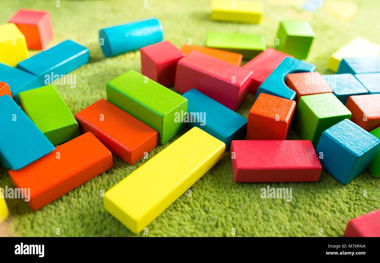 Tappeti Colorati Per Bambini : Colorato di blocchi di legno per bambini sul tappeto verde foto