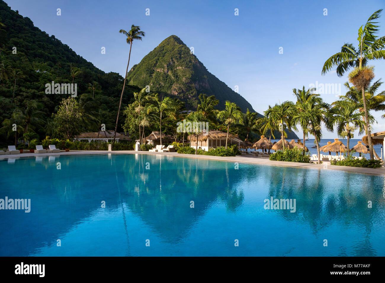 Gros Piton, UNESCO e di riflessione nella piscina al Sugar Beach, Santa Lucia, isole Windward, West Indies, dei Foto Stock
