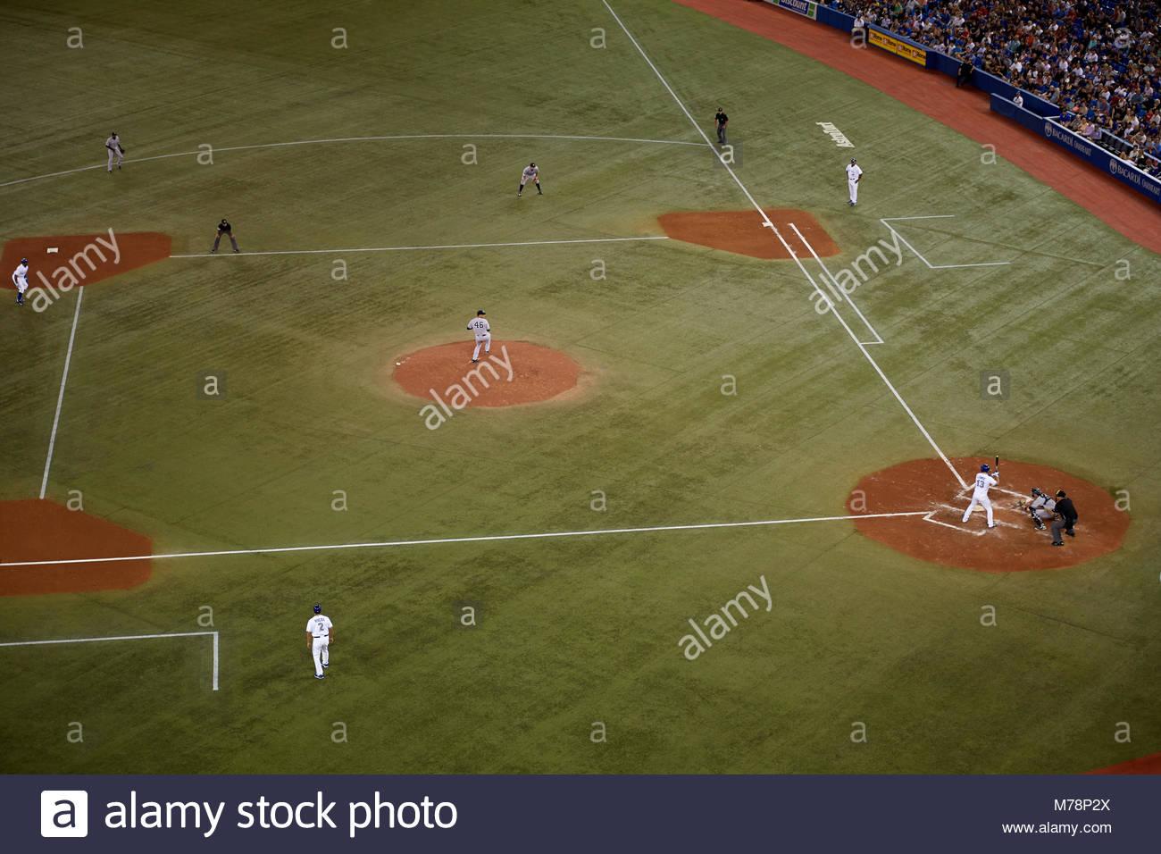 Il Toronto Blue Jays giocare a baseball a un sold out folla a Rogers Centre Sky Dome, a Toronto in Canada. Lo stadio Immagini Stock
