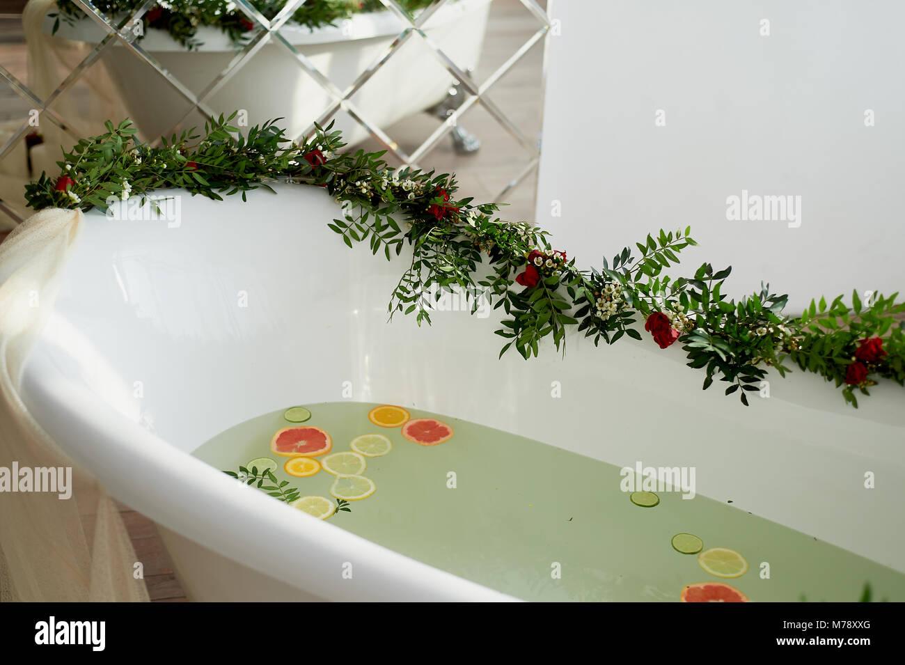 Riempire La Vasca Da Bagno In Inglese : Latte acqua nella vasca da bagno che nuotare citrus lime limone