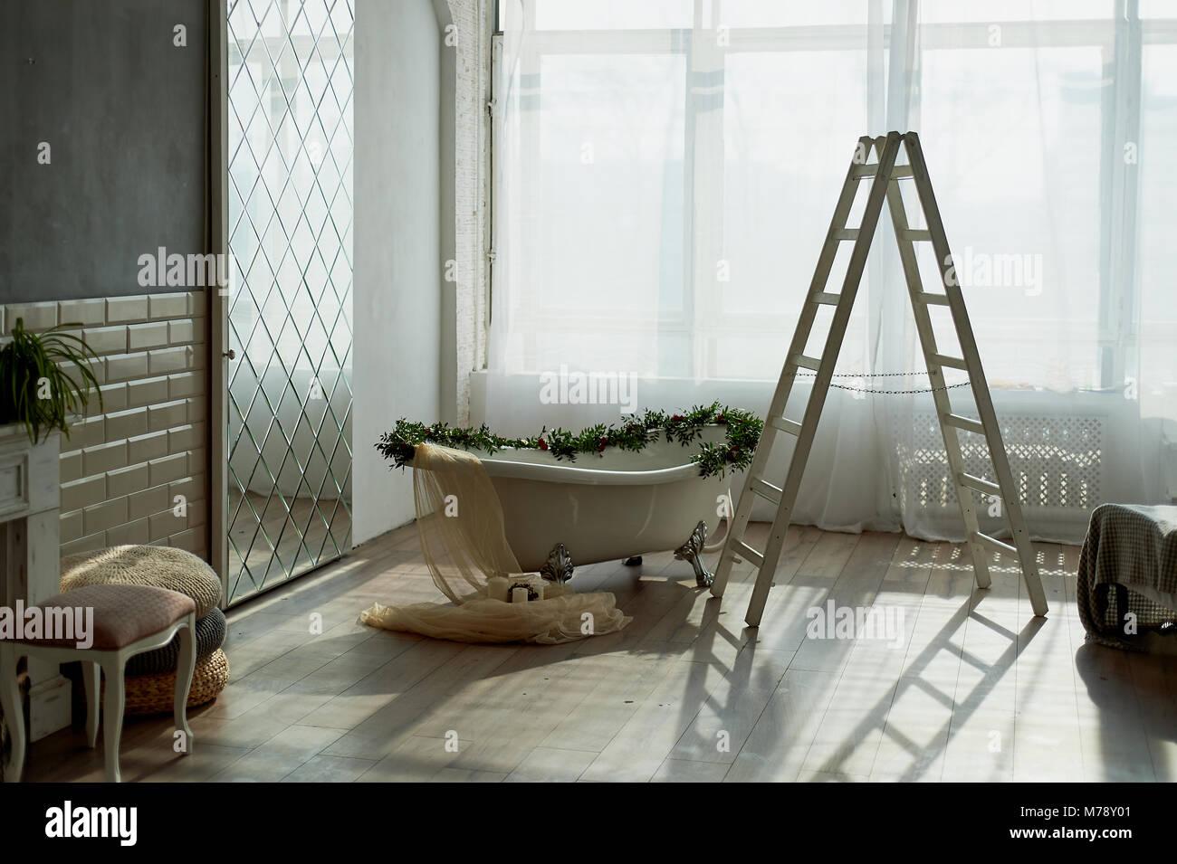 Vasca Da Bagno Zampe Di Leone : Vasca da bagno su lions zampe e decorata con fiori. sul pavimento