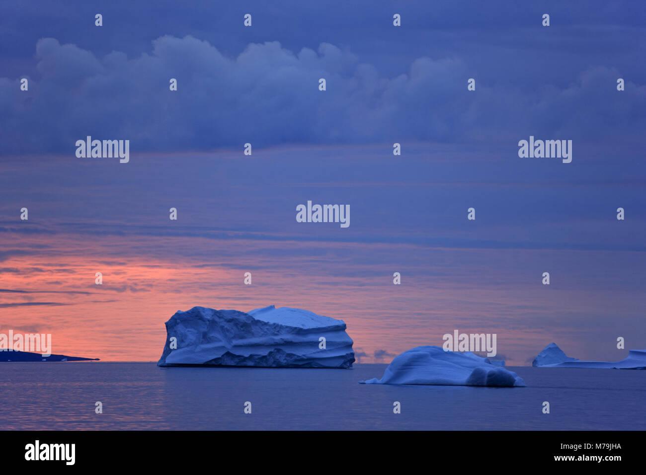 La Groenlandia, est della Groenlandia, Scoresby Sund, iceberg, cielo rosso, Foto Stock