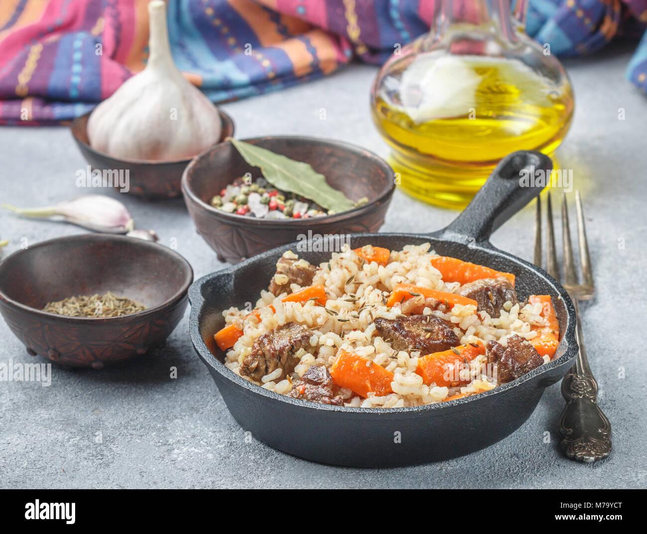 Devzira pilaf con carne di agnello, cipolle, carote e spezie (cumino, coriandolo, pepe). I piatti tradizionali della Immagini Stock