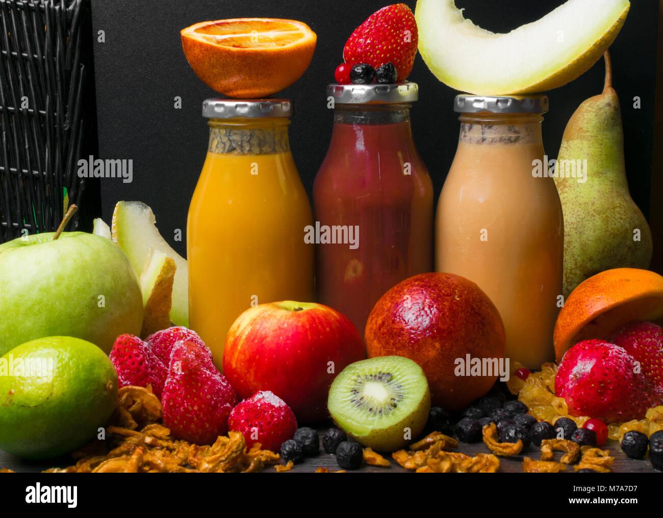 Vassoi In Legno Con Vetro : Appena miscelato frullati di frutta di vari colori con latte di