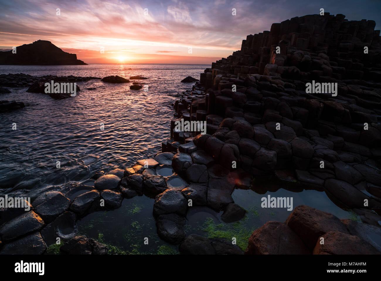 Abstract la formazione di bile sulla costa da sogno dei Giganti Causeway, tramonto, Irlanda del Nord Immagini Stock