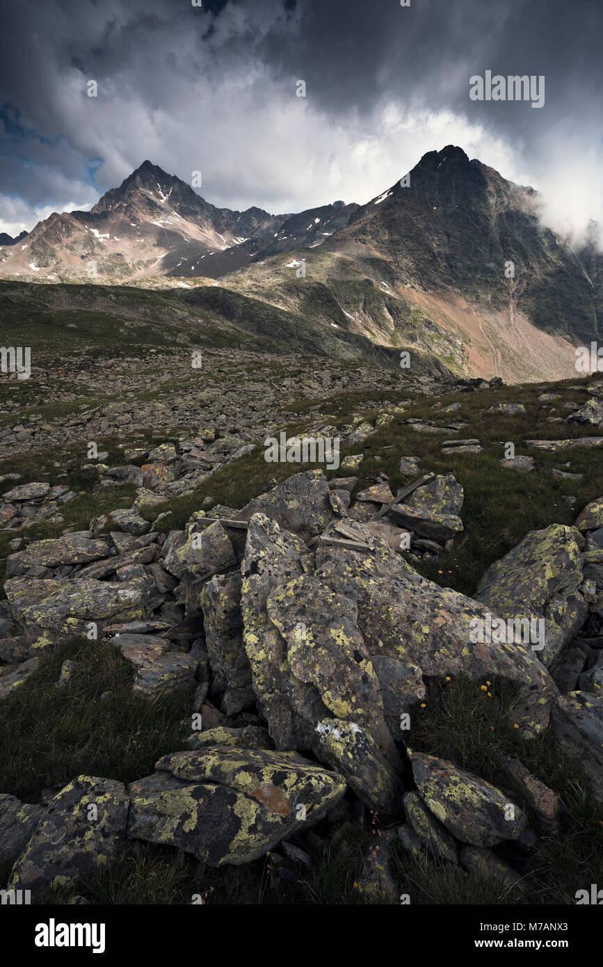 Corno dei Tre Signori e Monte Gaviola visto dal Passo Gavia, Lombardia, Italia Foto Stock