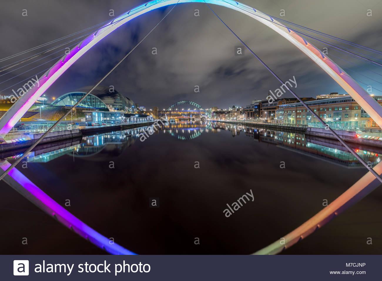 Il Gateshead Millennium Bridge è un ponte pedonale e ciclista che attraversa il fiume Tyne, nel Nord-est dell'Inghilterra, Foto Stock