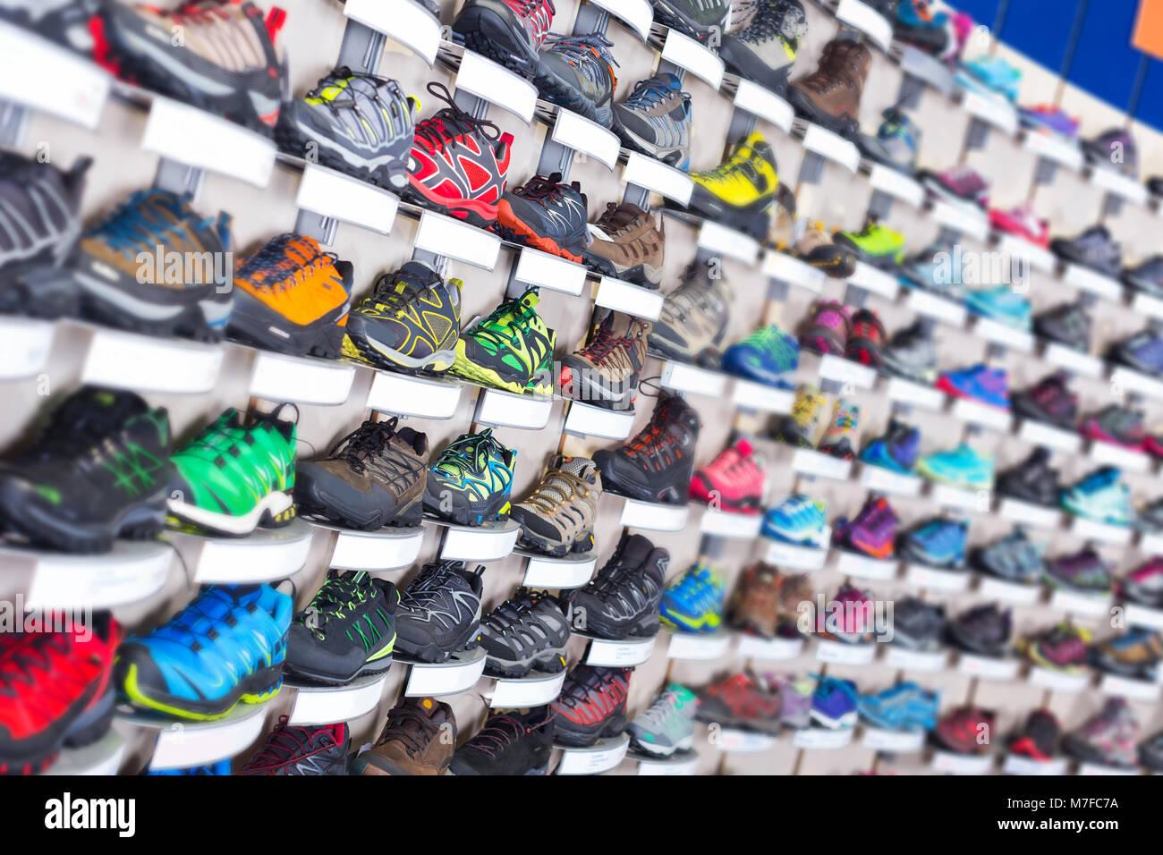 f5ecb438fcf5 Immagine di grande selezione di scarpe sportive in negozio Foto ...