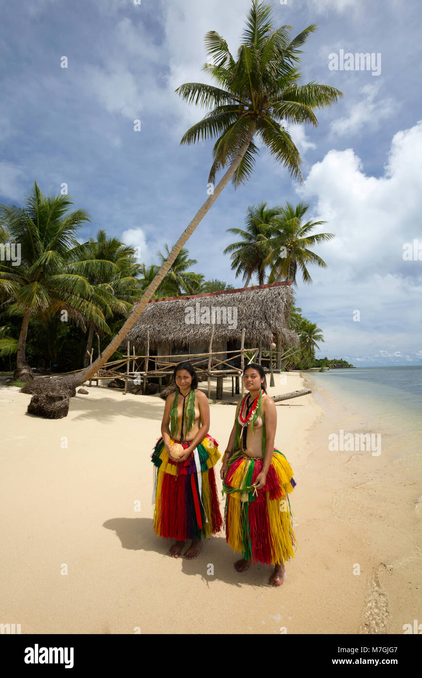 e6c8e367caf4 Questi giovani ragazze (MR) sono in un abito tradizionale per le cerimonie  culturali sull isola di Yap