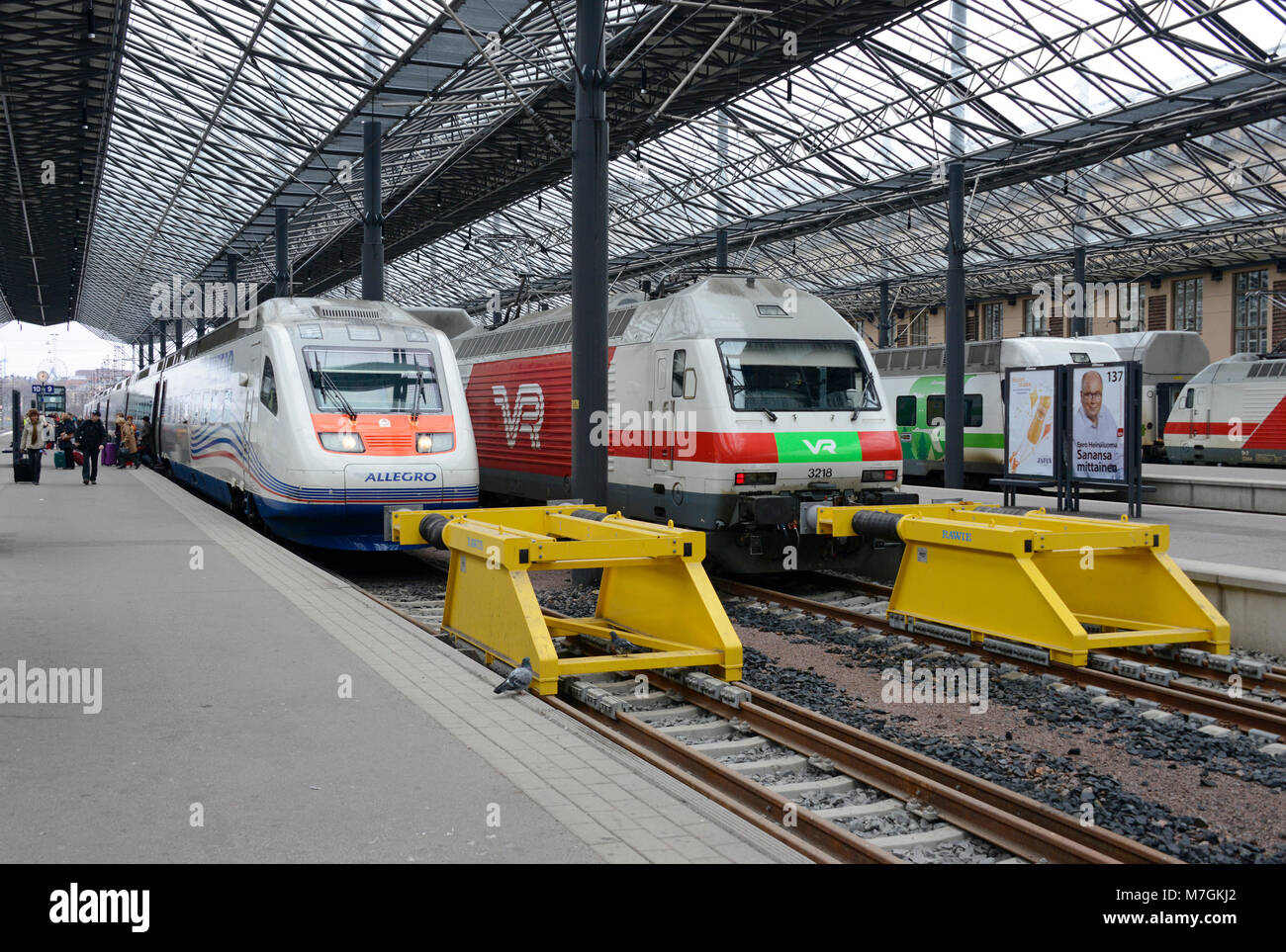 Un allegro servizio a San Pietroburgo e a Sr2 class locomotiva e stand in treno stazione ferroviaria di Helsinki Immagini Stock