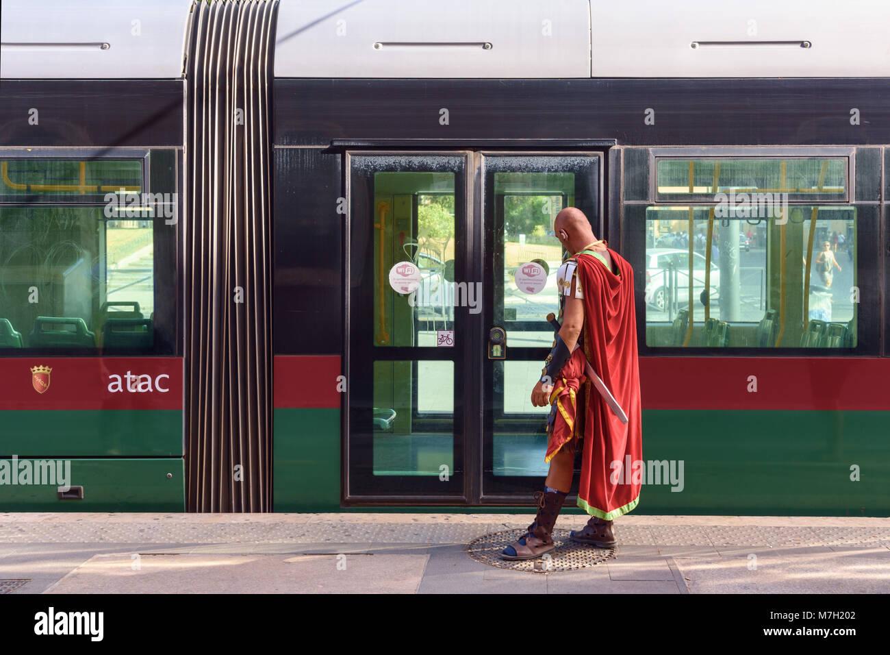 In costume gladiatore romano in attesa del tram ATAC di Roma, Italia Immagini Stock