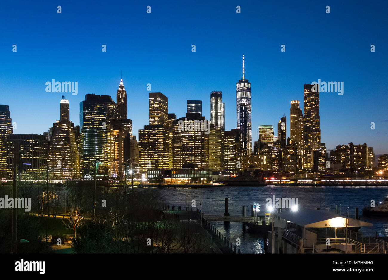 La parte inferiore dello skyline di Manhattan come visto da Dumbo, Brooklyn di notte Immagini Stock