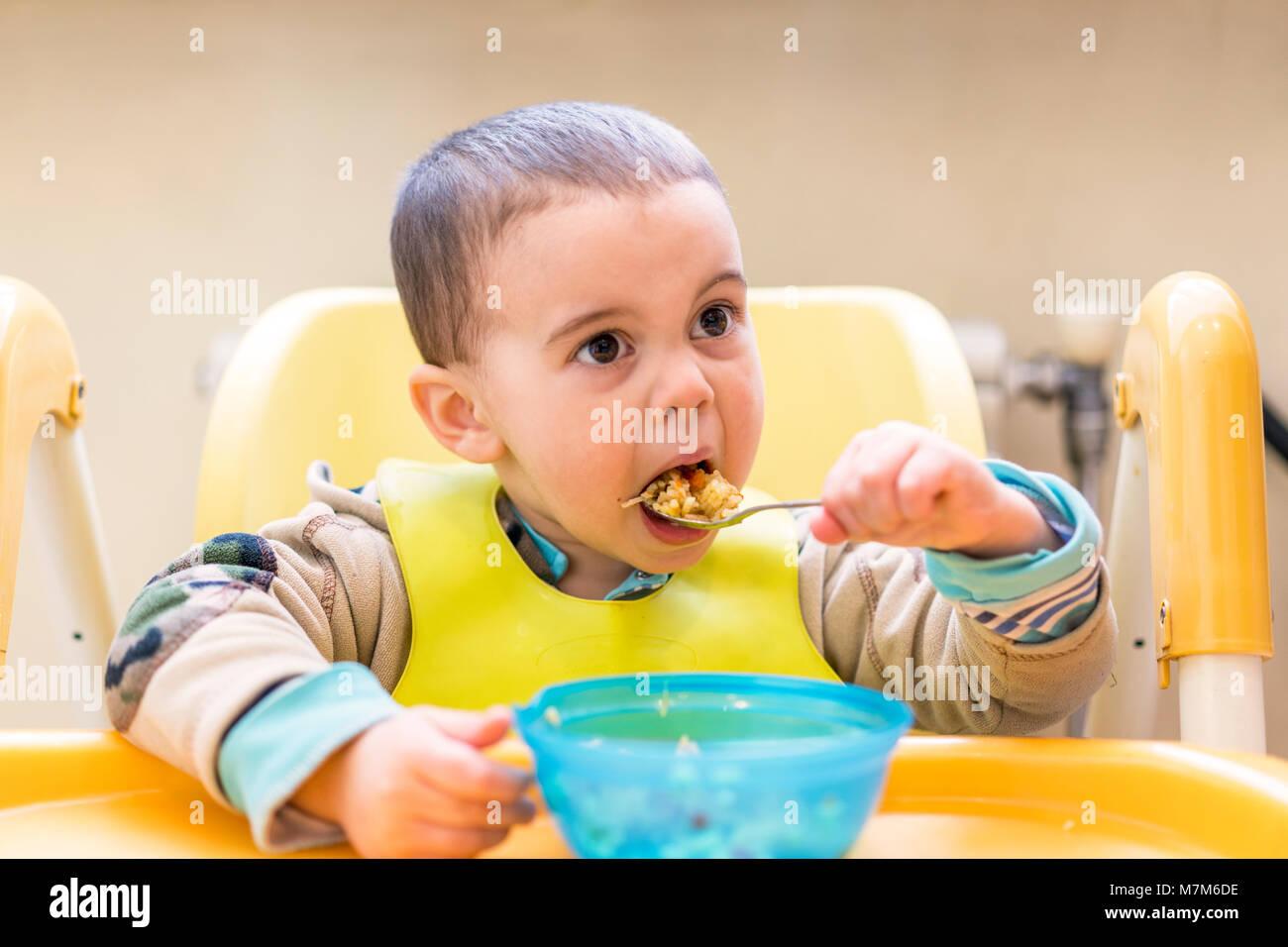 Scrivania Per Bambini 2 Anni : Il ragazzo di anni mangia porridge tavolo per bambini il