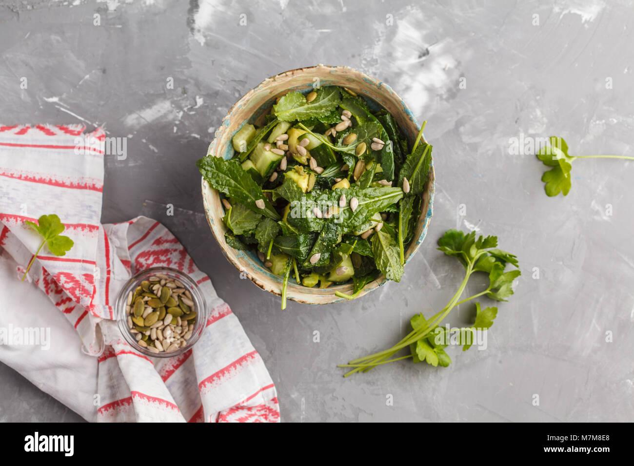 Green vegan kale, cetriolo, semi di girasole insalata. Una sana alimentazione vegetariana concetto. Immagini Stock