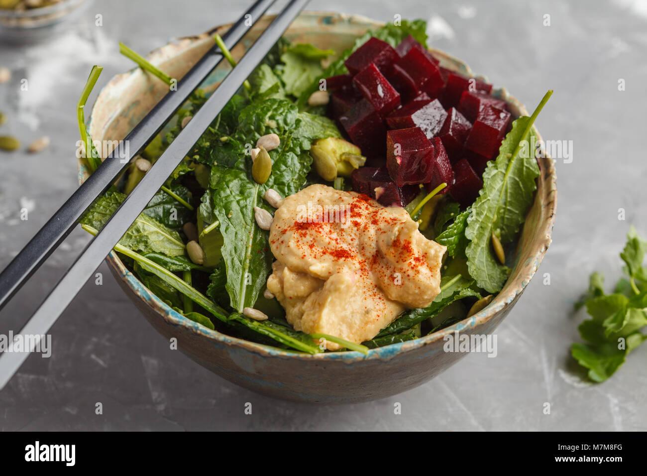 Vegano verde con insalata di cavolo, barbabietole, cetriolo, i semi di girasole con hummus medicazione. Una sana Immagini Stock