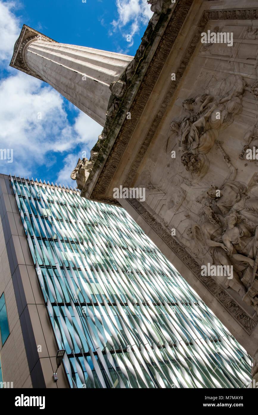Un astratto, diversi o punto di vista inusuale o angolo del monumento e contemporaneo nelle vicinanze edifici di Immagini Stock