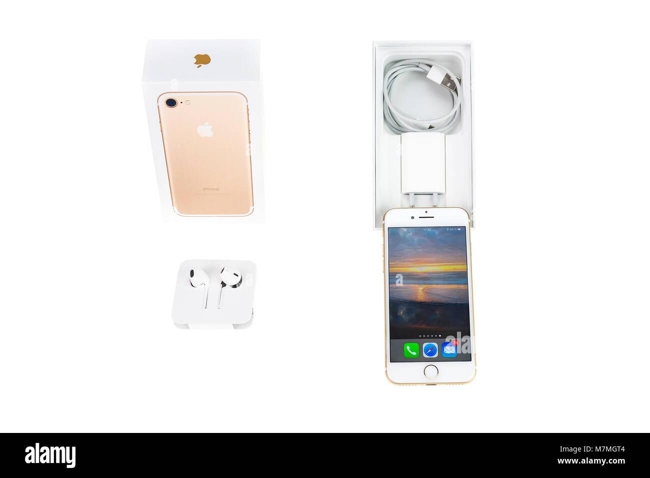 Brilon, Germania - Marzo 6, 2018: Apple I Phone 7 in oro rosa nel tipico ambito di consegna Foto Stock