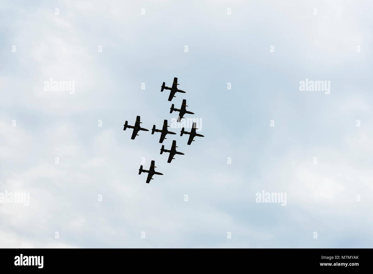 Aerei su airshow getti, battenti. Velivoli in volo. Prestazioni esaltanti. Prestazioni aria, aeromobili battenti Immagini Stock