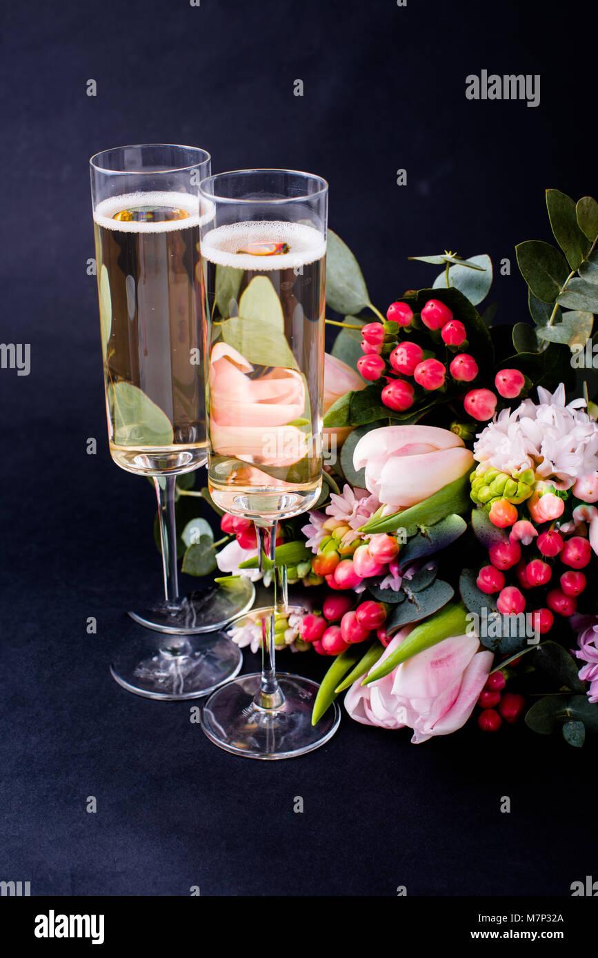 Mazzo Di Fiori E Spumante.Due Bicchieri Di Champagne E Un Mazzo Di Fiori Di Colore Rosa Su