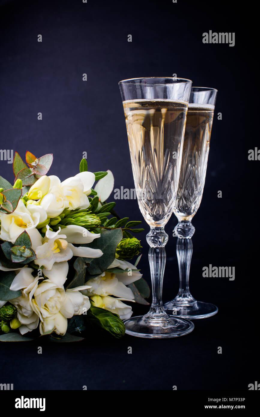 Fiori Bianchi Vino.Due Bicchieri Di Champagne E Un Mazzo Di Fiori Bianchi Su Sfondo