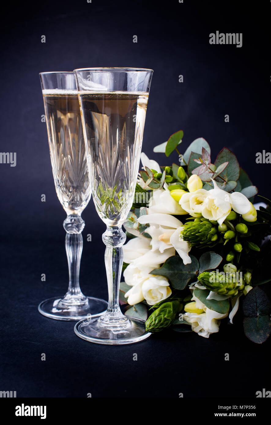 Mazzo Di Fiori E Spumante.Due Bicchieri Di Champagne E Un Mazzo Di Fiori Bianchi Foto