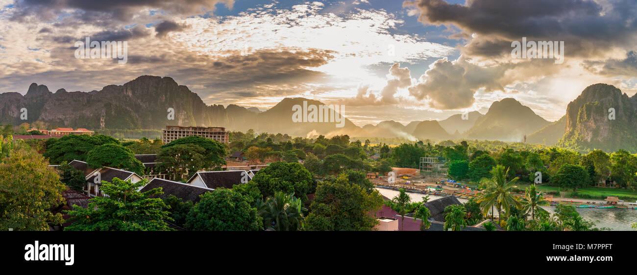 Panorama panorama al tramonto in Vang Vieng, Laos. Immagini Stock