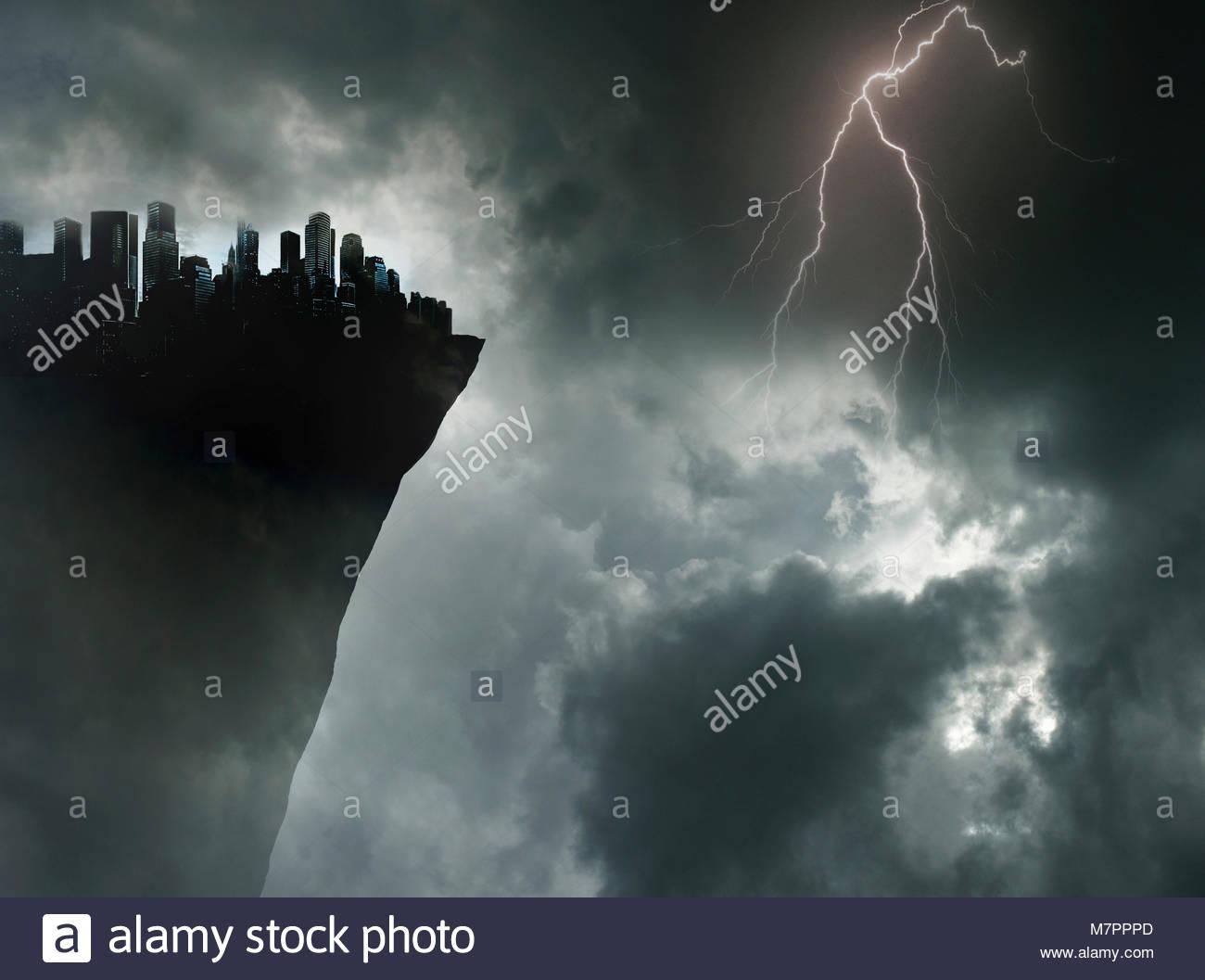 Città sul bordo di una scogliera in tempesta Immagini Stock