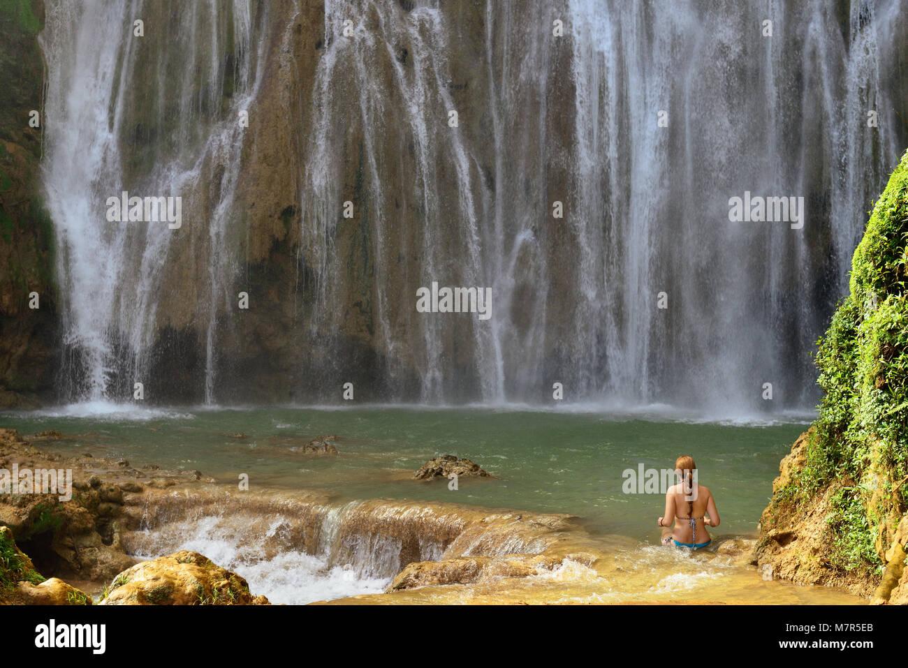 Piscina turistica nel Salto El Limon la cascata che si trova al centro della foresta tropicale, Samana, Dominikana Immagini Stock