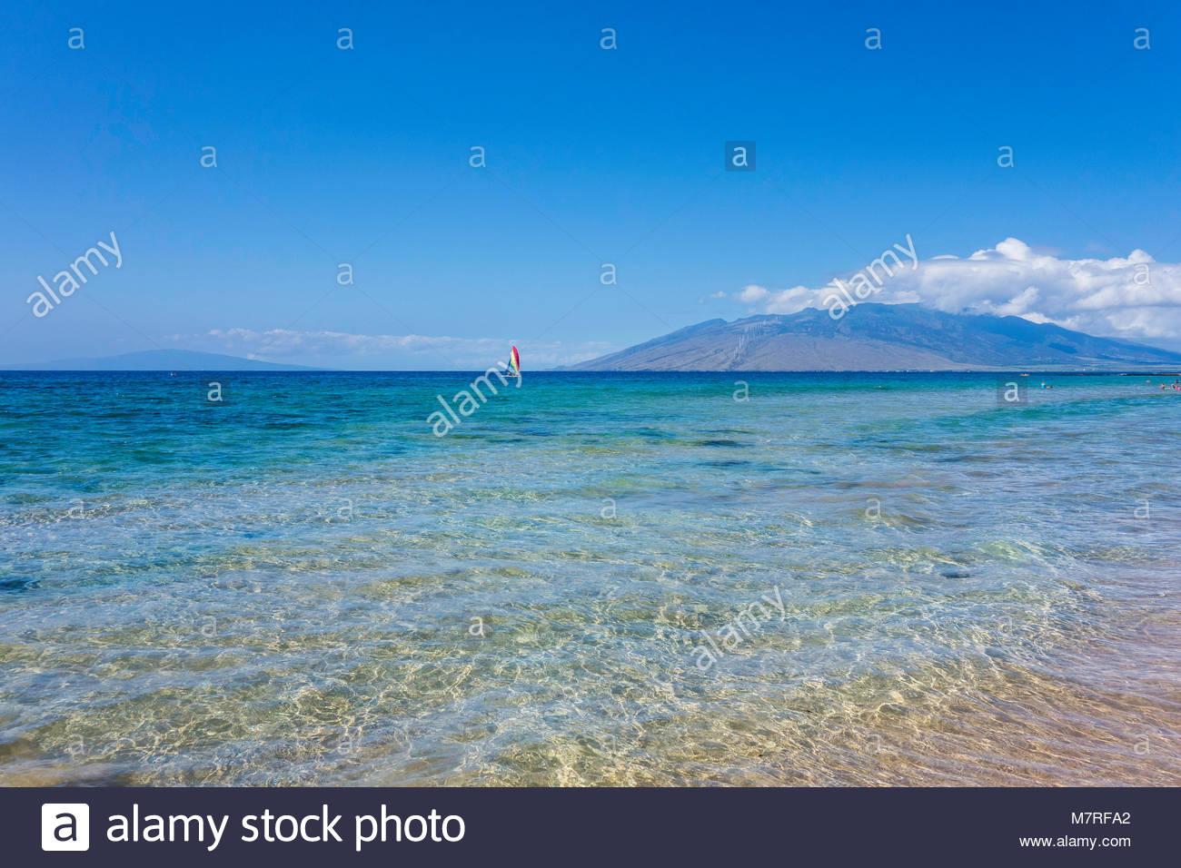 Montagne di West Maui da spiaggia Keawakapu delicata con il surf sull'isola del Pacifico di Maui nello stato Immagini Stock