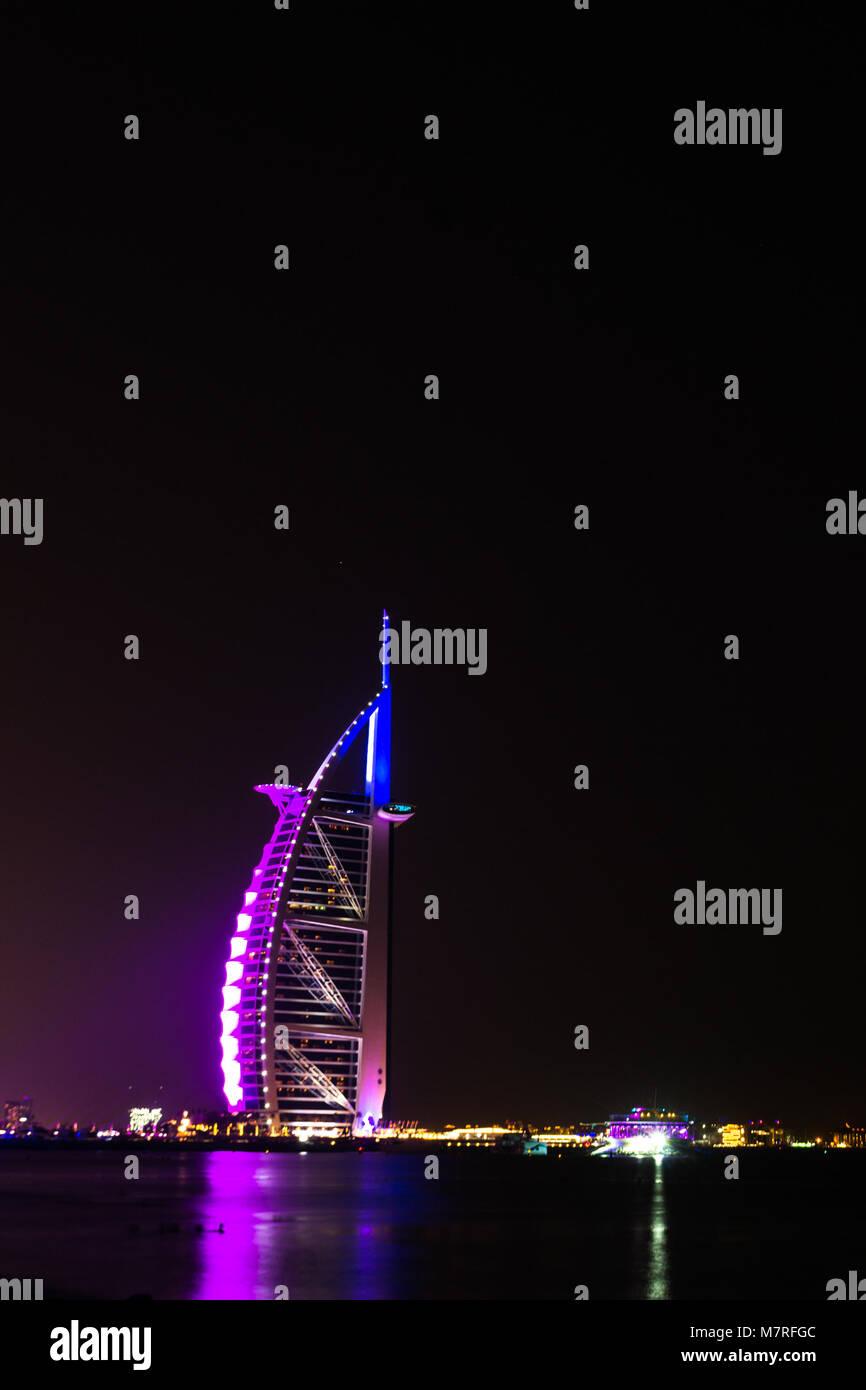 Dubai EMIRATI ARABI UNITI/- Nov 17 2017: Burj Al Arab di Dubai di notte Immagini Stock