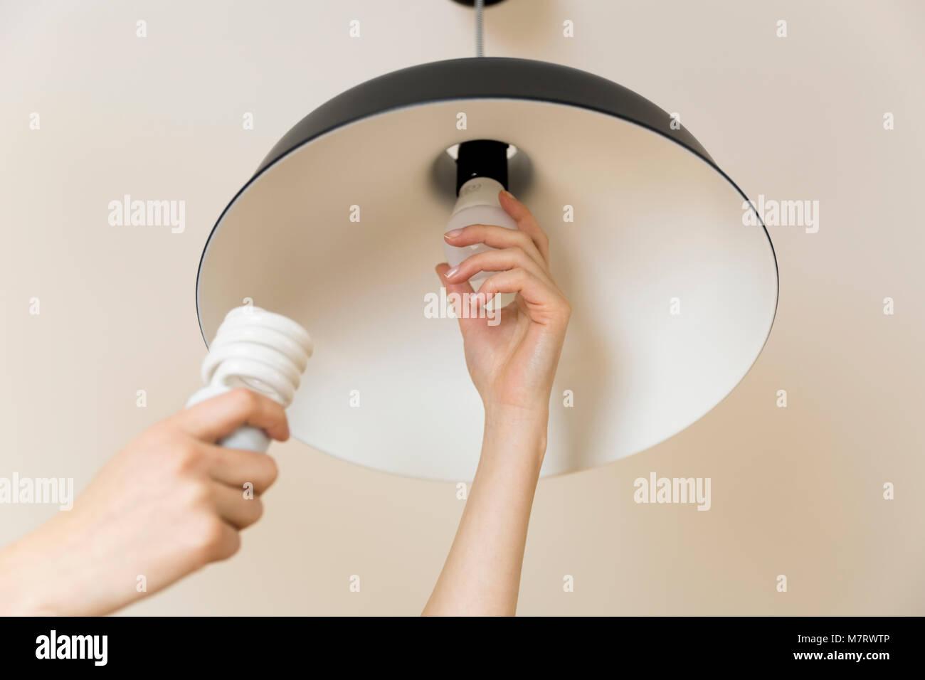 Donna sostituzione lampadina a casa risparmio energetico lampada