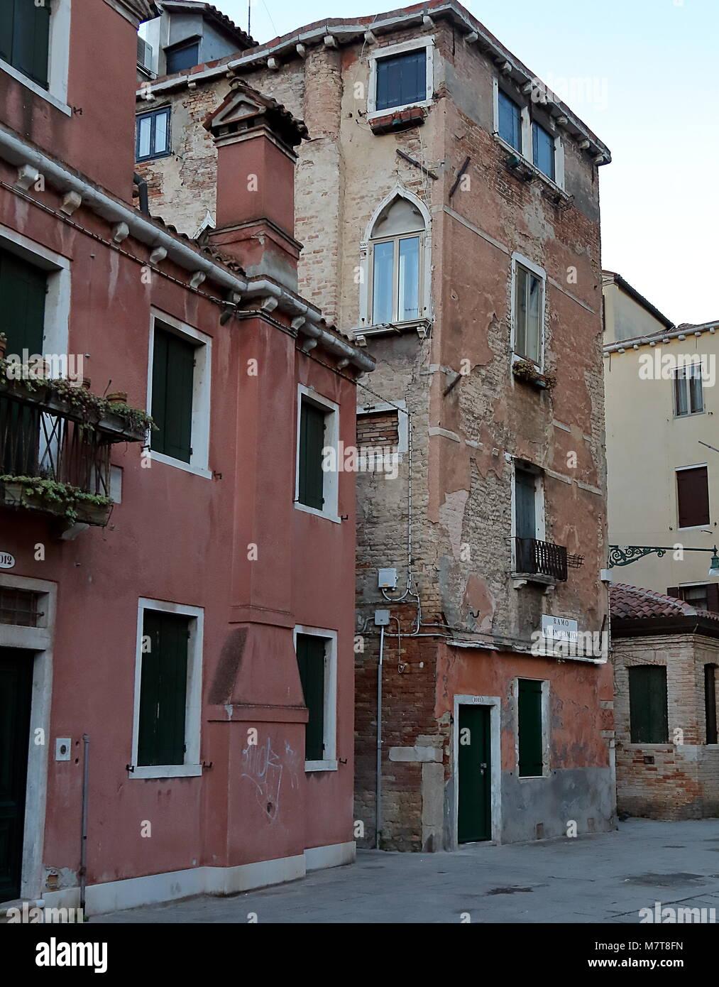 Venezia, Italia - 19 gennaio 2018. Vecchi edifici fatiscenti sulla Corte de l anatomia O Fiorenzuola Immagini Stock