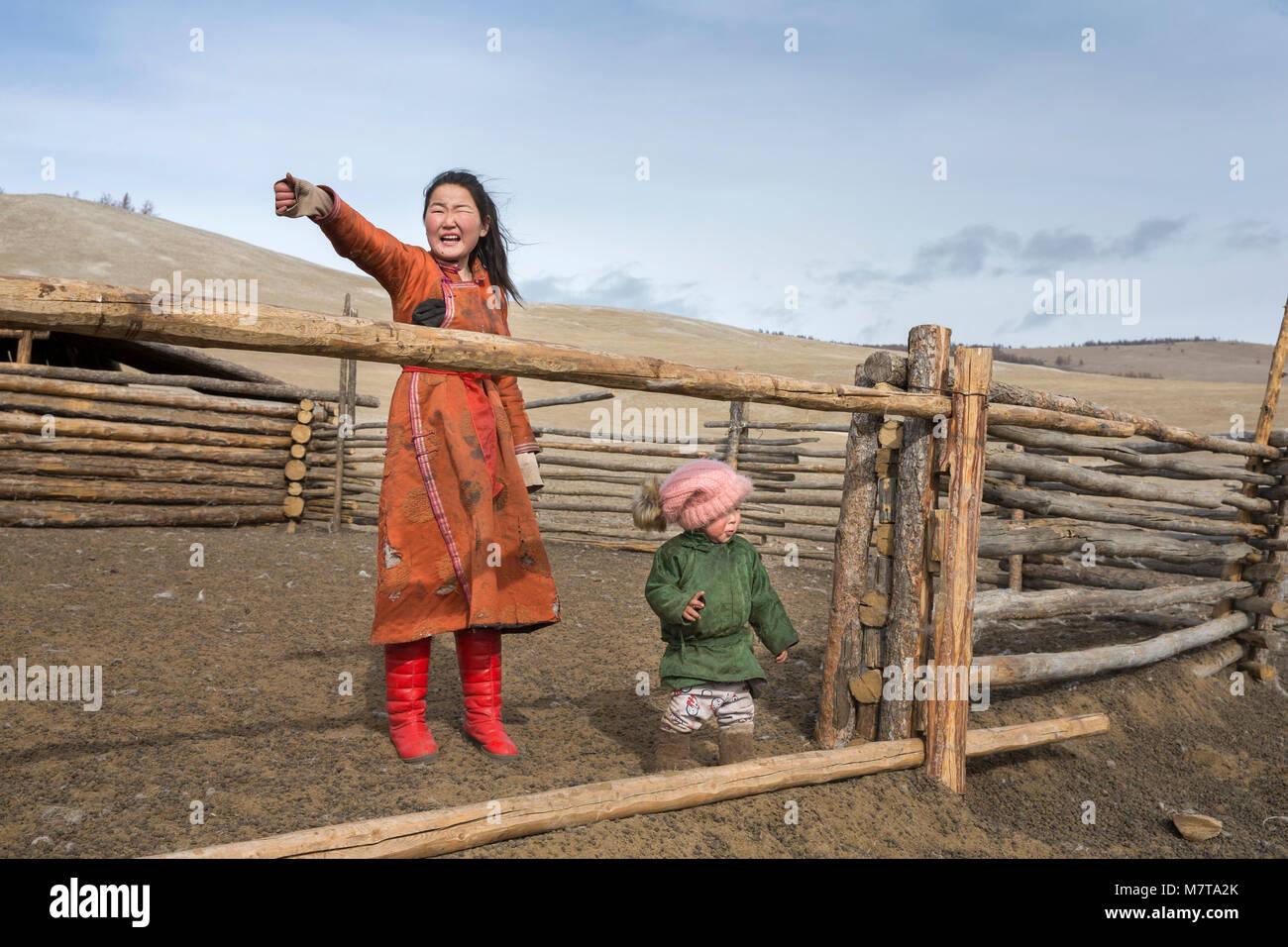 Hatgal, Mongolia, 3 Marzo 2018: il mongolo kids in una steppa del nord della Mongolia Immagini Stock
