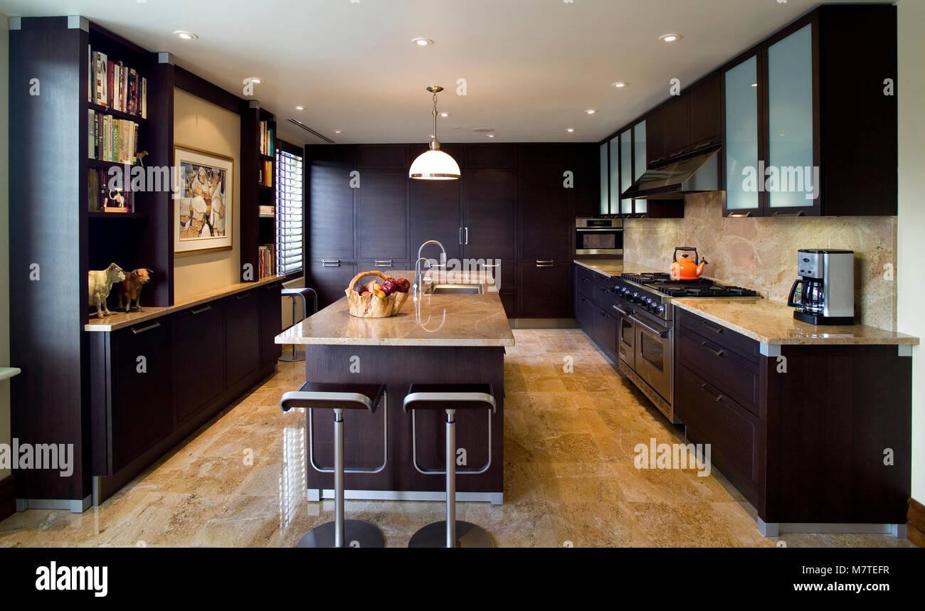 Di legno marrone scuro e mobili da cucina e un\'isola con piano in ...