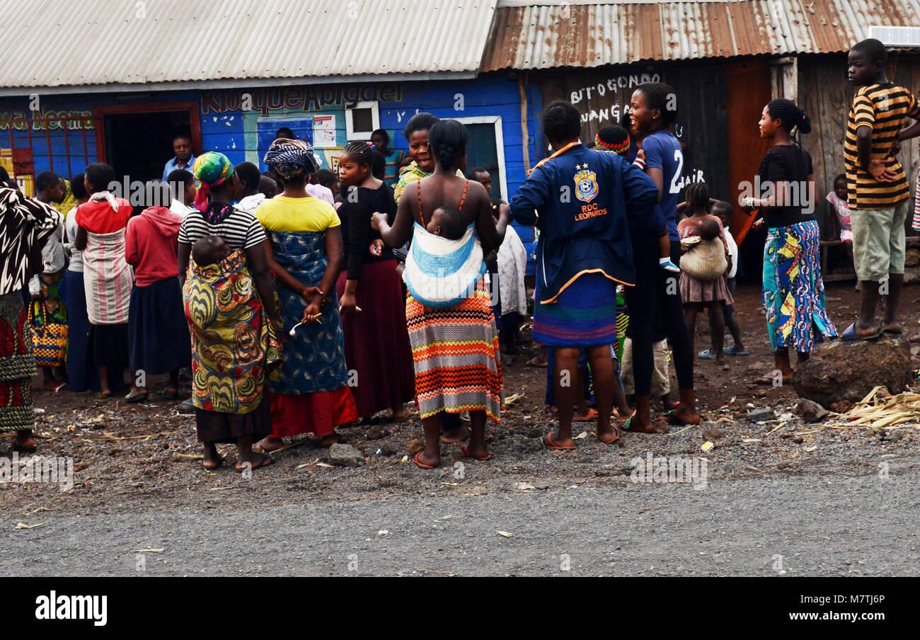 Le donne congolesi si raccolgono al di fuori di un governo ufficio benessere a Goma. Immagini Stock